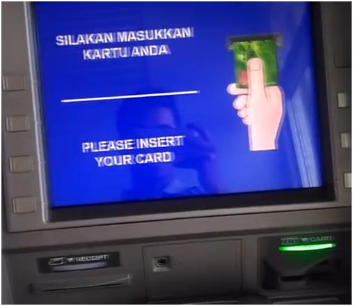 Masukan Kartu Ke Mesin ATM untuk Transfer Uang dari Bank BRI ke Bank BCA